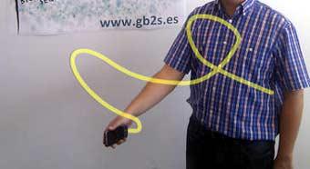Uno de los investigadores del GB2S realizando su firma en el aire para autenticarse en el sistema.