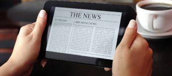 Lectura del periódico en una tableta.