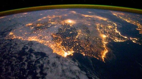Luces encendidas en la península ibérica vistas desde el espacio.