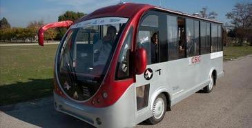 Transporte público en autobús que se conduce con un piloto automático.