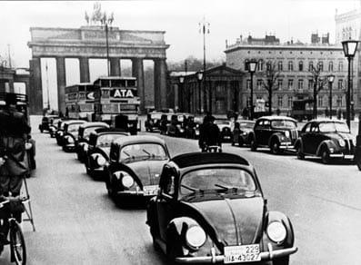 Filas de Beetle en Berlín, bajo la Puerta de Brandenburgo.