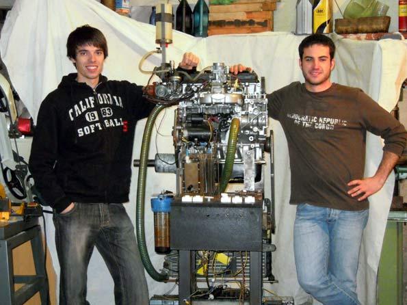 Raúl Novillas y Roger Casas, con el motor de hidrógeno que han creado.