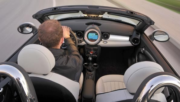 Interior del Mini Roadster, caracterizado por ser un biplaza descapotable.