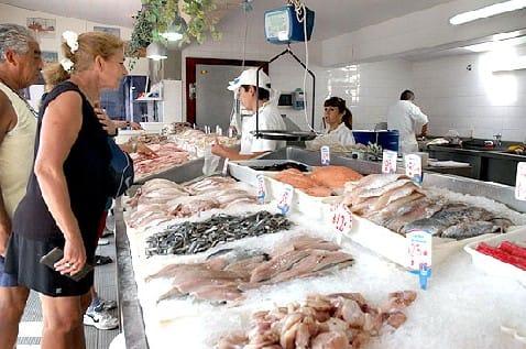 Mujer haciendo la compra en una pescadería.
