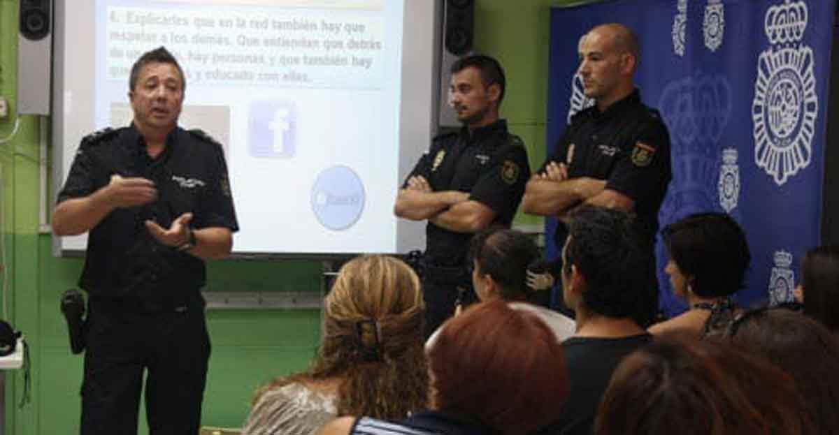 La Policía Nacional explica en colegios a profesores, padres y alumnos cómo hacer frente al acoso escolar, drogas, violencia o riesgos de las nuevas tecnologías