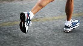 Hacer deporte o caminar 30 minutos al día es saludable.