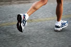 Hacer deporte, como correr, es bueno para la salud.