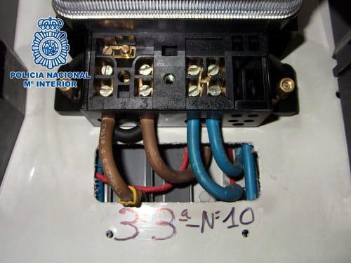 Cables de un contador trucado para consumir menos electricidad.