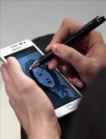 Un ejecutivo trabaja con su smartphone de marca Samsung.