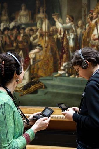 Visitantes del Louvre recorren el museo ayudados de la videoconsola Nintendo 3DS.