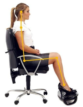 Posición correcta para evitar el dolor de espalda al trabajar frente a un ordenador.