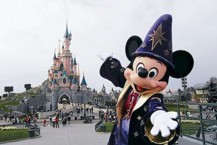 Mickey junto al castillo de Euro Disney.