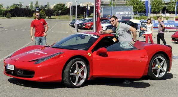 El en Salón del Automóvil de Madrid se puede conducir un Ferrari por un precio de 60 euros.