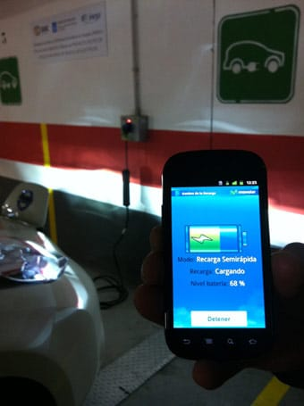 Recarga multimedia de coche eléctrico de Telefónica a través de un smartphone.