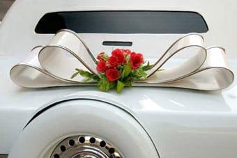 Coche de boda decorado.