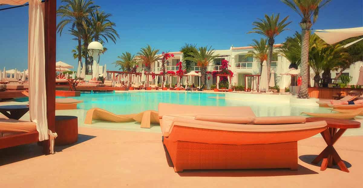 Mercadillos, puestas de sol, pasear en bicicleta, impregnarte de la cultura y disfrutar la noche, las 5 cosas que tienes que hacer al menos en la isla de Ibiza