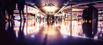 Los pasajeros pueden embarcar en el avión llevando los productos adquiridos en las tiendas del aeropuerto sin facturar