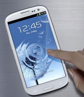 Un usuario con su teléfono smartphone Samsung Galaxy SIII.