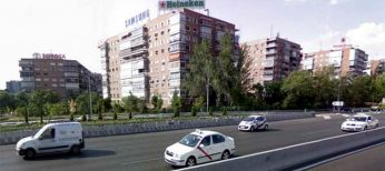 Edificios con publicidad en las azoteas a la entrada de Madrid por la Avenida de América.