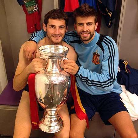 Casillas y Piqué en el vestuario tras ganar la final de la Eurocopa.