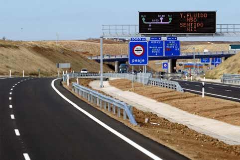 Autopista de peaje en Madrid vacía.