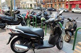 Ciclomotores aparcados en la calle.