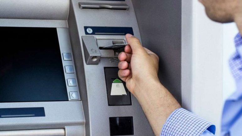 Así usan los aparatos de skimming instalados en cajeros automáticos para clonar tu tarjeta de crédito