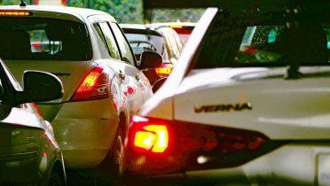 acumulacion de trafico de coches por la operacion paso del estrecho