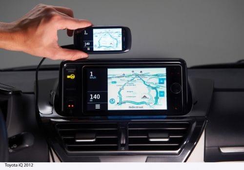 Pantalla de un teléfono smartphone integrada en el frontal del Toyota iQ.