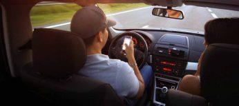 A los andaluces son los que más pillan conduciendo y hablando por el móvil