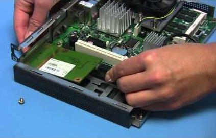 Proceso de ensamblaje de las piezas de un ordenador.