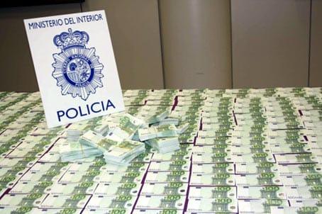 Billetes falsos de 100 euros decomisados por la Policía.