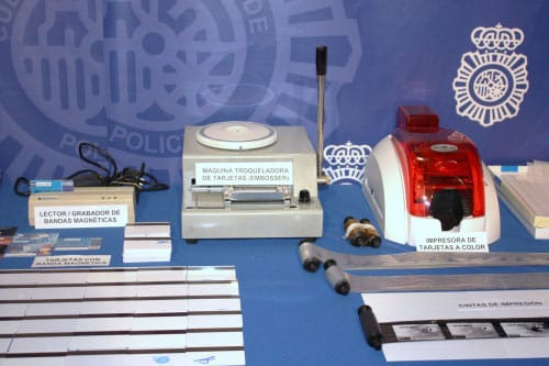 Maquinas para falsificar tarjetas de crédito localizadas en un trastero de Alcalá de Henares.