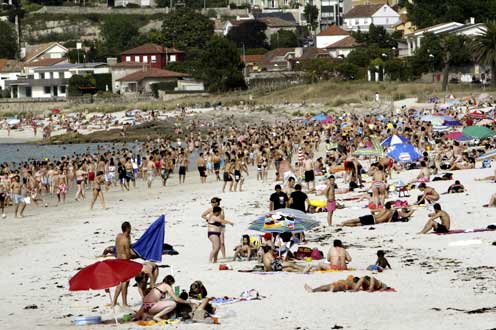 Playa española turística, en pleno verano.