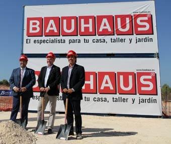 Acto simbólico de colocación de la primera piedra de la tienda BAUHAUS de Marratxí, en Baleares.