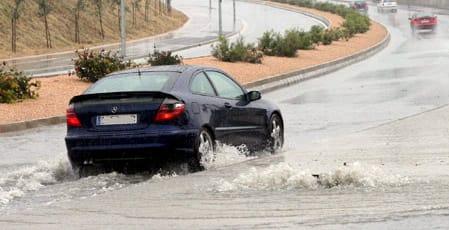 Conducir con lluvia, peligroso cuando hay riadas.