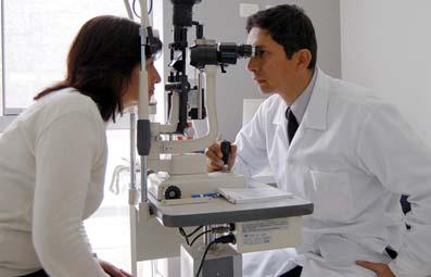 Oftalmólogo hace una prueba ocular a una paciente.