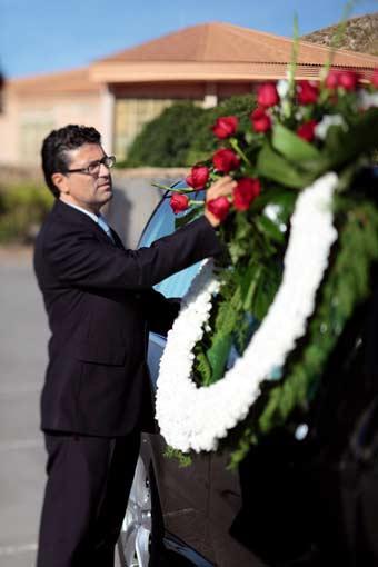 Coche fúnebre que traslada a un difunto al crematorio para su incineración.