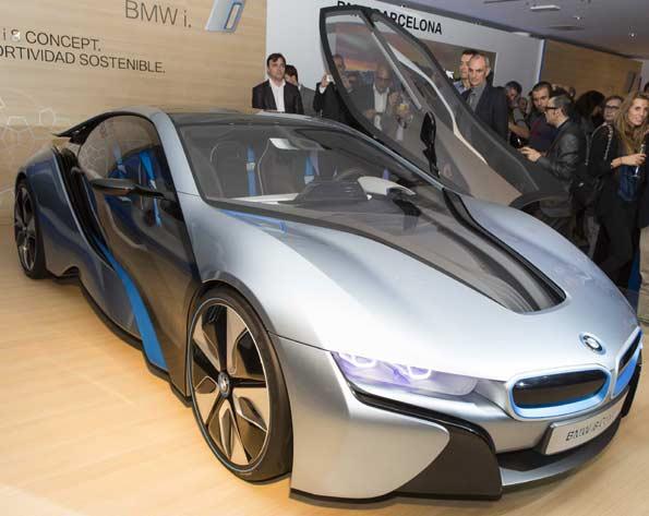 Vista con puerta abierta del BMW i8, el concept del futuro de BMW.