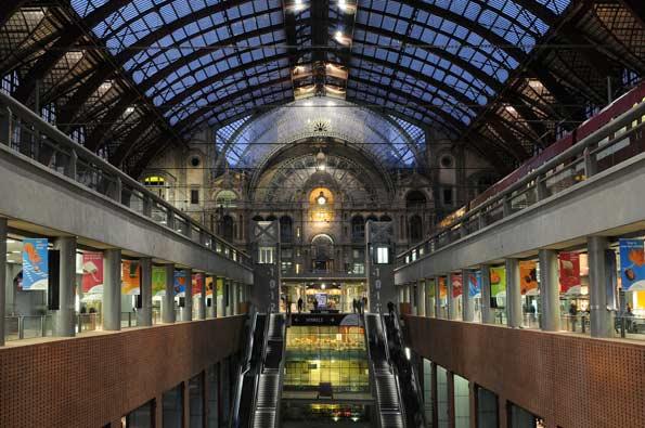 Interior de la Estación Central de Amberes, la 'Gare Central'.