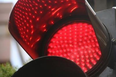Un semáforo en rojo.