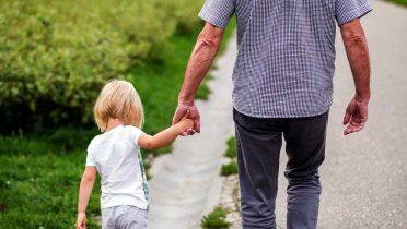 Los abuelos pasan más tiempo con los nietos por los trabajos de los padres