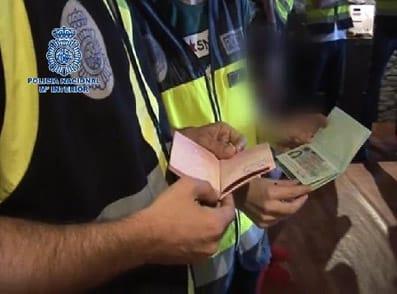 Pasaportes falsos de prostitutas rusas en un club intervenido por la Policía.