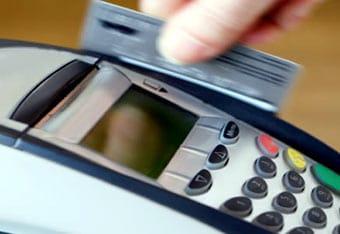 Tarjeta de crédito con la que se está pagando en un datáfono.
