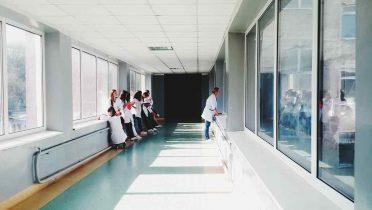 Crean tejidos que eliminan las bacterias y que podría usarse en la ropa de los pacientes hospitalizados