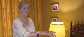 Una pulsera para ancianos avisa con señales luminosas y vibraciones si les están llamando a la puerta o por teléfono