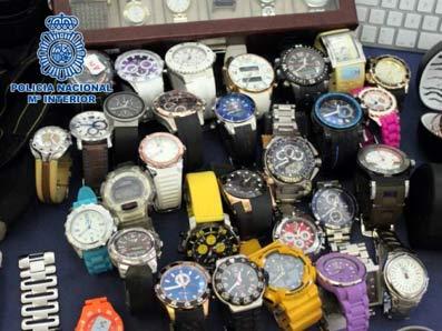 Relojes recuperados de robos en casas tras romper la mirilla.