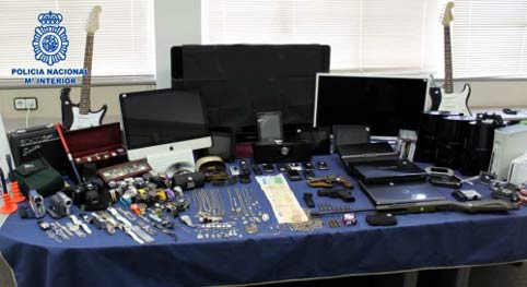 Objetos y aparatos tecnológicos recuperados de robos en casas tras romper la mirilla.