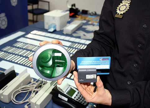 Elementos utilizados para clonar tarjetas bancarias con la técnica del 'skimming'.