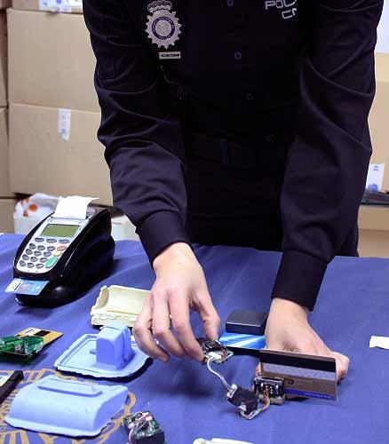 Elementos utilizados para clonar tarjetas bancarias con la técnica del 'skimming' decomisadas por la Policía.